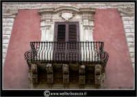 Licata: Palazzo Frangipane, XVIII sec, sede della Banca Popolare Sant'Angelo. Particolare.  - Licata (1990 clic)