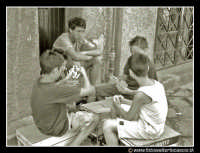 Palermo: Via dell'Orologio. Bambini che giocano a carte. Mi ha colpito molto l'espressione dei giocatori, e del ragazzino che ý rimasto escluso dal gioco.  - Palermo (7438 clic)