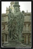 Catania: Piazza dell'Universita'. Particolare del fusto del lampione di illuminazione.  - Catania (2638 clic)