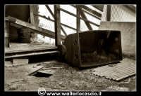 Caltanissetta: Miniera di Zolfo Trabonella. Ubicata sulla riva destra del fiume Imera, a circa 3 chilometri dalla stazione ferroviaria omonima, la miniera Trabonella, il cui inizio dell'attivita' estrattiva risale agli inizi dell'Ottocento, deve annoverarsi tra le piý importanti dell'Isola. In seguito al disastro verificatosi nel 1911, per lýesplosione di grisou, la miniera rimase chiusa fino al 1914, ma ancora per molto tempo i lavori furono ben lungi dal raggiungere i livelli di un tempo.</tit  - Caltanissetta (1704 clic)