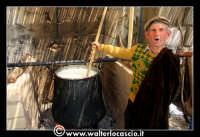 Vizzini: SAGRA DELLA RICOTTA E DEL FORMAGGIO. Edizione 2007. Don Salvatore, addetto alla preparazione del formaggio.   - Vizzini (1653 clic)