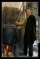 Vizzini: SAGRA DELLA RICOTTA E DEL FORMAGGIO. Edizione 2007. Don Salvatore, addetto alla preparazione del formaggio.   - Vizzini (1527 clic)