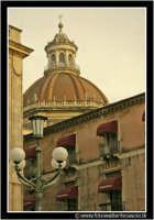 Catania: Piazza dell'Universita'. Scorcio con Cupola della Chiesa Badia di Sant'Agata  - Catania (2237 clic)