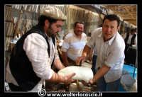 Vizzini: SAGRA DELLA RICOTTA E DEL FORMAGGIO. Edizione 2007. La lavorazione del formaggio.  - Vizzini (3175 clic)