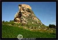 Mussomeli. Castello di Mussomeli. Il castello dei baroni Chiaramonte. Castello Manfredonico.Innalzato con funzioni strategiche, ma anche politiche e di controllo, ad opera di Manfredi III di Chiaramontano, verso il 1370, il castello ha seguito la sorte del vicino borgo (alle falde del monte San Vito), successivamente feudo dei baroni Moncada, De Prades, Castellar, Campo, quindi dei Lancia dal 1549 al 1812.   - Reportage sui Castelli della Provincia di Caltanissetta -   - Mussomeli (3481 clic)