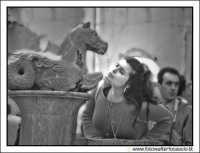 Taormina: La turista che si disseta alla fontanella.  - Taormina (4360 clic)
