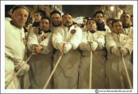 Catania: Festa di Sant'Agata. 5 Febbraio 2005: Festa della Patrona di Catania, Sant'Agata. Via Etnea. Uomini devoti, tirano le funi di 120 mt, per far muovere la VARA della Santa. #1   - Catania (6695 clic)