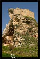 Mussomeli. Castello di Mussomeli. Il castello dei baroni Chiaramonte. Castello Manfredonico.Innalzato con funzioni strategiche, ma anche politiche e di controllo, ad opera di Manfredi III di Chiaramontano, verso il 1370, il castello ha seguito la sorte del vicino borgo (alle falde del monte San Vito), successivamente feudo dei baroni Moncada, De Prades, Castellar, Campo, quindi dei Lancia dal 1549 al 1812.   - Reportage sui Castelli della Provincia di Caltanissetta -   - Mussomeli (3008 clic)