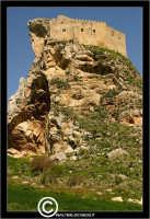 Mussomeli. Castello di Mussomeli. Il castello dei baroni Chiaramonte. Castello Manfredonico.Innalzato con funzioni strategiche, ma anche politiche e di controllo, ad opera di Manfredi III di Chiaramontano, verso il 1370, il castello ha seguito la sorte del vicino borgo (alle falde del monte San Vito), successivamente feudo dei baroni Moncada, De Prades, Castellar, Campo, quindi dei Lancia dal 1549 al 1812.   - Reportage sui Castelli della Provincia di Caltanissetta -   - Mussomeli (2685 clic)