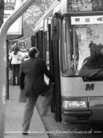 La vita frenetica di una grande città come Palermo, a volte, ti costrigere a prendere l'autobus al volo. In questa foto, volevo proprio cogliere l'attimo in cui il passeggero, di corsa, approffitta dell'apertura delle bussole, per salire a bordo.  - Palermo (4239 clic)