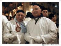 Catania: Festa di Sant'Agata. 5 Febbraio 2005: Festa della Patrona di Catania, Sant'Agata. Via Etnea. De anziani devoti, hanno gentilmete posato per questa foto.  - Catania (2350 clic)