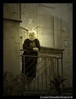 Bronte: Sagra del Pistacchio. Donna anziana affacciata al balcone.  - Bronte (16657 clic)
