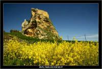 Mussomeli. Castello di Mussomeli. Il castello dei baroni Chiaramonte. Castello Manfredonico.Innalzato con funzioni strategiche, ma anche politiche e di controllo, ad opera di Manfredi III di Chiaramontano, verso il 1370, il castello ha seguito la sorte del vicino borgo (alle falde del monte San Vito), successivamente feudo dei baroni Moncada, De Prades, Castellar, Campo, quindi dei Lancia dal 1549 al 1812.   - Reportage sui Castelli della Provincia di Caltanissetta -   - Mussomeli (2849 clic)