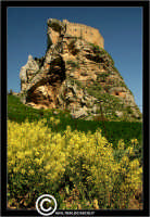 Mussomeli. Castello di Mussomeli. Il castello dei baroni Chiaramonte. Castello Manfredonico.Innalzato con funzioni strategiche, ma anche politiche e di controllo, ad opera di Manfredi III di Chiaramontano, verso il 1370, il castello ha seguito la sorte del vicino borgo (alle falde del monte San Vito), successivamente feudo dei baroni Moncada, De Prades, Castellar, Campo, quindi dei Lancia dal 1549 al 1812.   - Reportage sui Castelli della Provincia di Caltanissetta -   - Mussomeli (2979 clic)