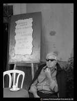 Bronte: Sagra del Pistacchio. Anziano davanti al bar.  - Bronte (5003 clic)