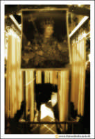 Catania: Festa di Sant'Agata. 5 Febbraio 2005: Festa della Patrona di Catania, Sant'Agata. Un carretino che vende ceroni, con il quadro di Sant'Agata.  - Catania (2366 clic)