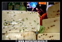 Bronte. Sagra del Pistacchio di Bronte. Edizione 2007. Formaggio con pistacchio. Foto Walter Lo Cascio www.walterlocascio.it   - Bronte (2933 clic)