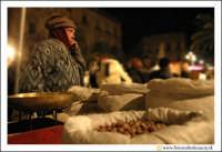 Catania: Festa di Sant'Agata. 5 Febbraio 2005: Festa della Patrona di Catania, Sant'Agata. VEnditore di Calia e simenzi con il suo carrettino.  - Catania (2488 clic)