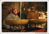 Catania: Festa di Sant'Agata. 5 Febbraio 2005: Festa della Patrona di Catania, Sant'Agata. VEnditore di calie e simenzi con il suo carrettino e l'antica Bilancia.  - Catania (2247 clic)