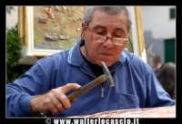 Bronte. Sagra del Pistacchio di Bronte. Edizione 2007. Per le strade di Bronte. Scultore del rame. Foto Walter Lo Cascio www.walterlocascio.it  - Bronte (1616 clic)