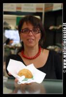 Bronte. Sagra del Pistacchio di Bronte. Edizione 2007. Arancino al pistacchio. Foto Walter Lo Cascio www.walterlocascio.it  - Bronte (2087 clic)