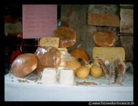 Bronte: Sagra del Pistacchio. Vetrina con prodotti tipici.  - Bronte (2678 clic)