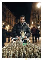 Catania: Festa di Sant'Agata. 5 Febbraio 2005: Festa della Patrona di Catania, Sant'Agata. Venditore ambulante di Statuine di Sant'Agata.  - Catania (3151 clic)