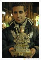 Catania: Festa di Sant'Agata. 5 Febbraio 2005: Festa della Patrona di Catania, Sant'Agata. Bravissimo artigiano che ha realizzato le Statuette della Santa.   - Catania (6715 clic)