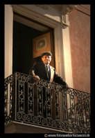 Bronte: Sagra del Pistacchio. Vecchietto al balcone.  - Bronte (5701 clic)