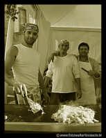 Bronte: Sagra del Pistacchio. Venditori di salsiccie.  - Bronte (6889 clic)