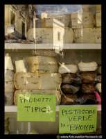 Bronte: Sagra del Pistacchio. Vetrina con formaggi.  - Bronte (3316 clic)