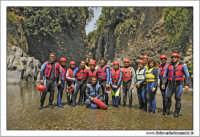 Gole dell'Alcantara. Un gruppo di turisti pronti per l'escursione tra le gole. Giugno 2005 #11  - Alcantara (9123 clic)