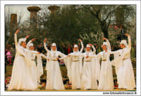Agrigento. Festa del Mandorlo in fiore. Edizione 2006. Gruppi folkloristici si esibiscono durante la premiazione.   - Agrigento (1411 clic)