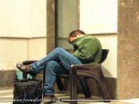 Lunga attesa alla Stazione ferroviaria di Termini Imerese  I ritardi dei treni in sicilia, provocano sonnolenza.  - Termini imerese (8907 clic)