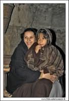 Agira. Natale 2005. Presepe Vivente organizzato dall'associazione Amici del Presepe. Madre e figlia in un tenero abbraccio.  - Agira (3041 clic)