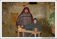 Agira. Natale 2005. Presepe Vivente organizzato dall'associazione Amici Del Presepe. Padre e figlio con brocche di vino.  - Agira (1649 clic)