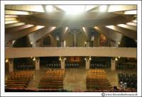 Siracusa: Nel Santuario è custodito il Reliquiario, in cui sono conservati alcuni preziosi ricordi del prodigio della Lacrimazione. Realizzato su progetto di Biagio Poidimani, il Reliquiario poggia su un piede dalla base ottagonale ed è costituito da 3 piani sovrapposti.     - Siracusa (1871 clic)