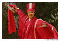 Agrigento. Festa del Mandorlo in fiore. Edizione 2006. Gruppi folkloristici si esibiscono durante la premiazione.   - Agrigento (1501 clic)