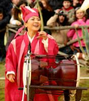 Agrigento. Festa del Mandorlo in fiore. Edizione 2006. Gruppi folkloristici si esibiscono durante la premiazione.   - Agrigento (1405 clic)