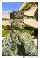 Siracusa: Il Santuario dall'esterno. Una delle Statue boronzee poste nel piazale antistante la Chiesa.  - Siracusa (1888 clic)
