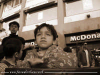 McDonami. In questa foto, tre grandi contrasti tematici si notano. La ricchezza e la globalizzazione del McDonal's, e la povertà di un bambino sloveno che chiede l'elemosina. A questa scena, si aggiunge anche l'immagine autoritaria del fratello piu' grand  - Palermo (3076 clic)