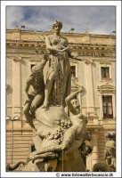 Siracusa: Ortigia - Particolare della Fontana di Diana - G. Moschetti anno 1904. Dietro si intravade Il Banco di Sicilia #1  - Siracusa (1889 clic)