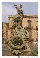 Siracusa: Ortigia - Particolare della Fontana di Diana - G. Moschetti anno 1904. Dietro si intravade Il Banco di Sicilia #3  - Siracusa (1880 clic)