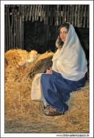 Agira. Natale 2005. Presepe Vivente, organizzato dall'associazione AMICI DEL PRESEPE. La madonna con il Bambin Gesù.  - Agira (3557 clic)