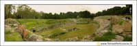 Siracusa: Parco Archeologico della Neapolis - L'ANFITEATRO ROMANO (II-IV secolo d.c.). PANORAMICA.  - Siracusa (2825 clic)