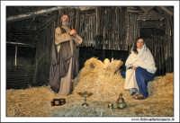 Agira. Natale 2005. Presepe Vivente, organizzato dall'associazione Amici del presepe. La capanna con la Sacra famiglia.  - Agira (3585 clic)