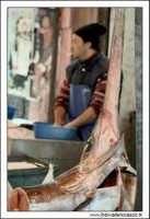 Palermo.  Antico mercato storico della VUCCIRIA. Il pescivendolo. Pesce spada fresco.  - Palermo (1895 clic)