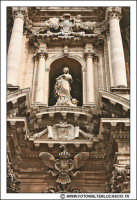 Siracusa: Ortigia -  IL DUOMO. Particolare del prospetto. Statua Vergine del Piliere opera di Ignazio Marabitti (1757).   - Siracusa (2570 clic)