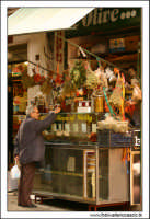 Palermo.  Antico mercato storico della VUCCIRIA. Bottega di spezie, olive, e prodotti sottolio. w