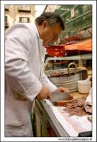 Palermo.  Antico mercato storico della VUCCIRIA. Il venditore di Pani cca meusa Pane con la milza. #2  - Palermo (3634 clic)